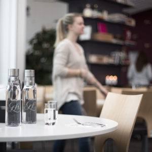 Karaffer i restaurang